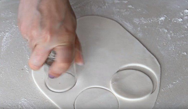 раскатываем белую мастику и вырезаем кружочки.
