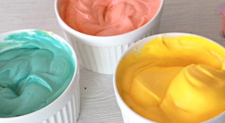 оставшийся крем делим на части и добавляем к ним пищевые красители.