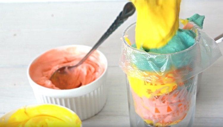 Перекладываем разноцветный крем в кондитерский мешок.