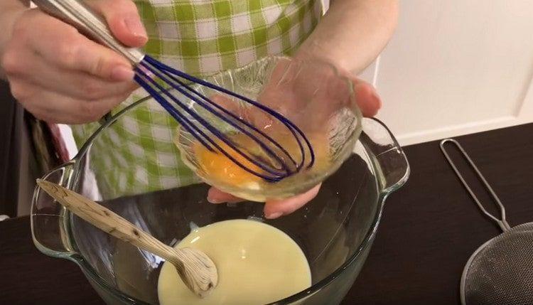В миску для теста наливаем сгущенку, добавляем взбитое яйцо.