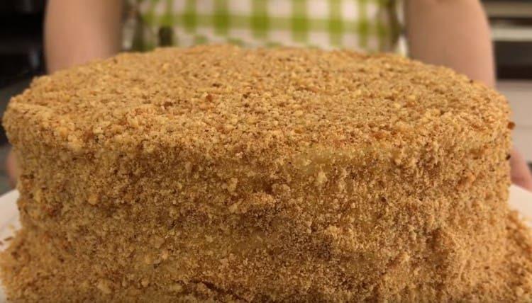 Обсыпаем готовый торт, приготовленный на сковороде, крошкой из песочного печенья.