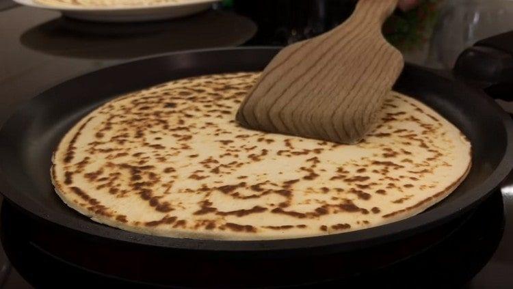 Жарим коржи на сухой сковороде с обеих сторон.