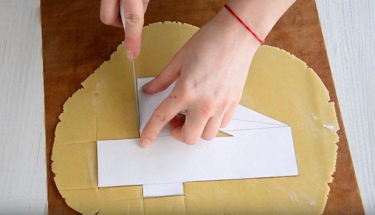 При помощи лекала из бумаги вырезаем из теста цифры.