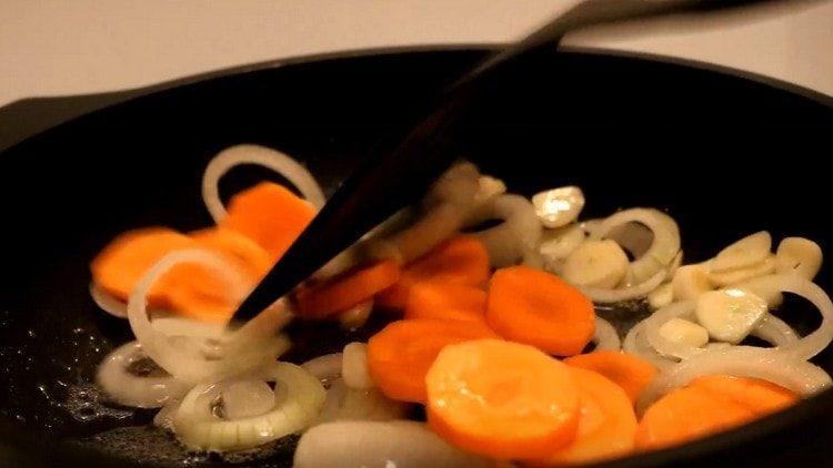 выкладываем овощи в разогретую сковороду с растительным маслом.