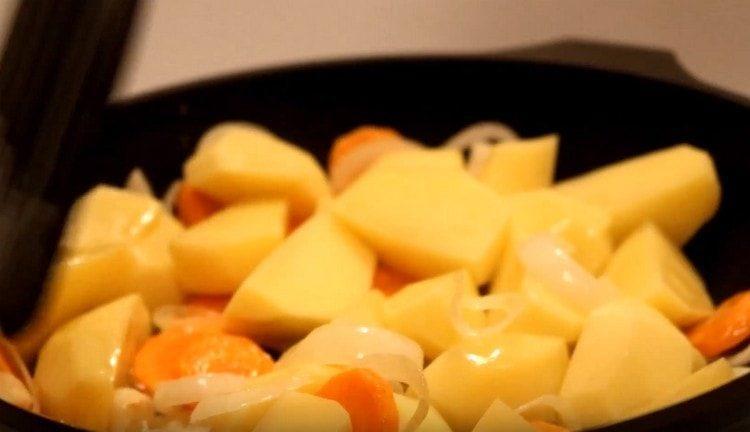 Выкладываем картофель к овощам на сковороду.