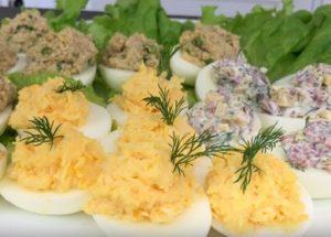 Аппетитные фаршированные яйца: простой рецепт вкусной закуски.