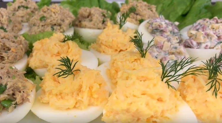 Такие фаршированные яйца это элементарный вариант быстрой и сытной закуски.