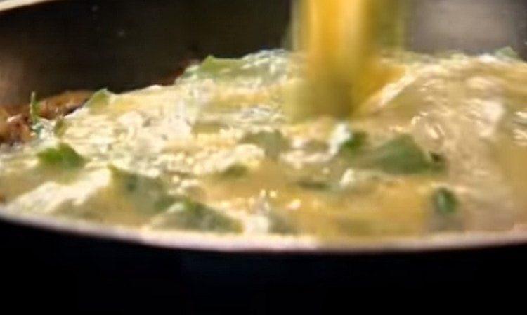 выливаем яичную массу на сковороду.