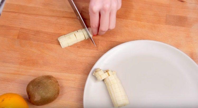 Банан нарезаем небольшими кубиками.