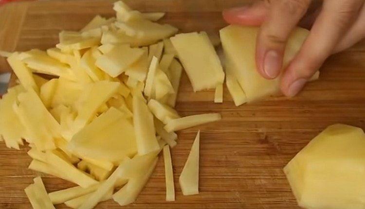 нарезаем тонкой соломкой картофель.