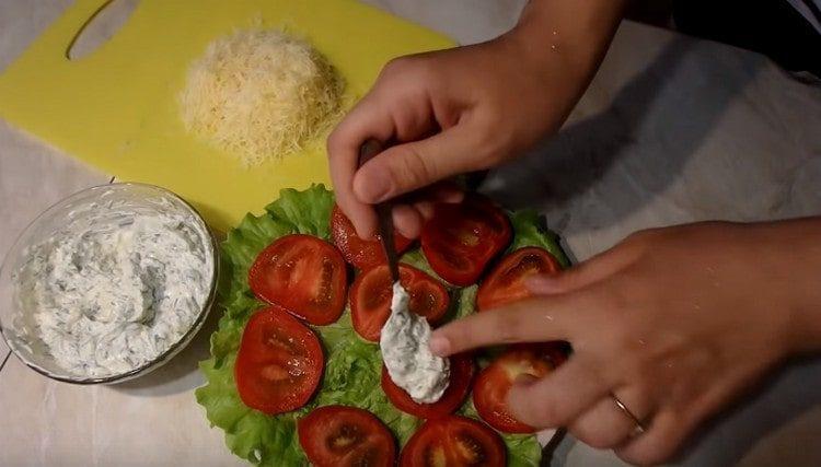 каждый кружочек помидора намазываем майонезно-чесночной смесью.