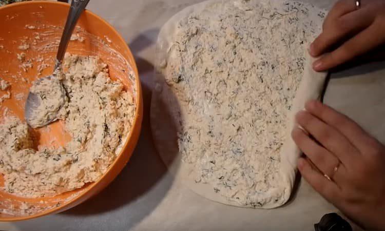 лаваш смазываем майонезом, выкладываем на него начинку и скручиваем в рулет.