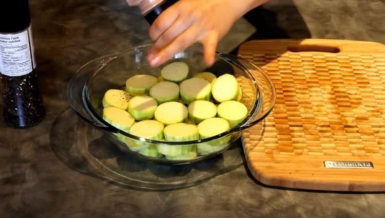 Солим и перчим кабачки.
