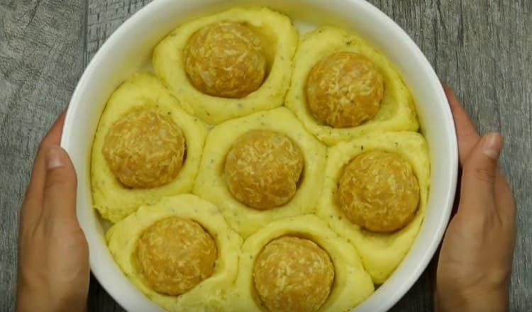 Шарики фарша выкладываем в углубления в картофельных гнездах.