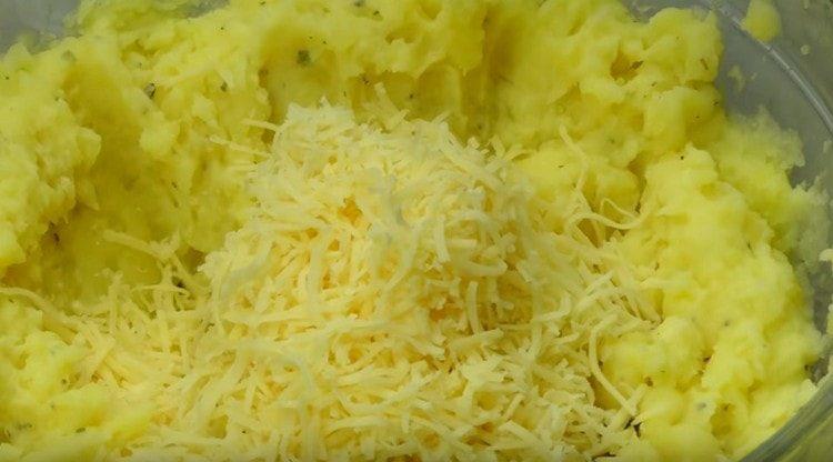 Добавляем в пюре натертый на терке сыр.