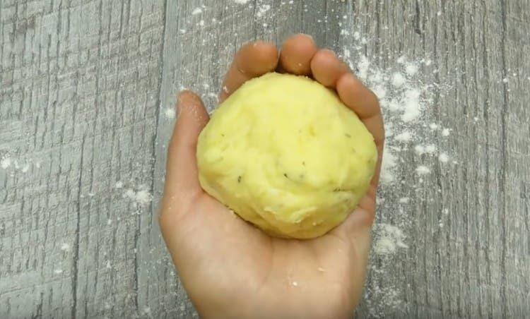 Формируем из картофельной массы шарики.