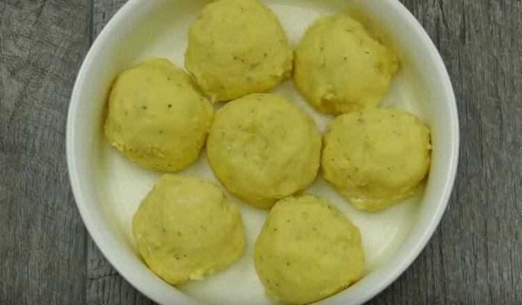 Картофельные шарики укладываем в смазанную маслом форму для запекания.