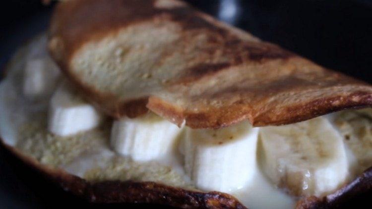 Подаем овсяный блин со сгущенкой и кусочками банана.