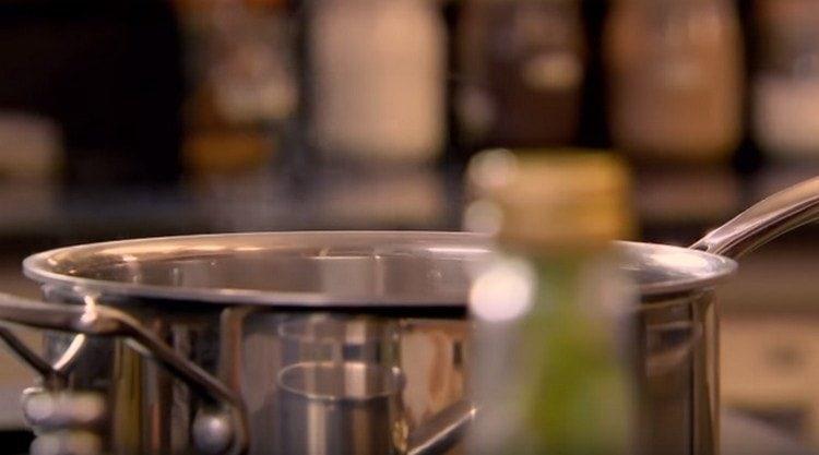 В сотейнике топим сливочное масло.