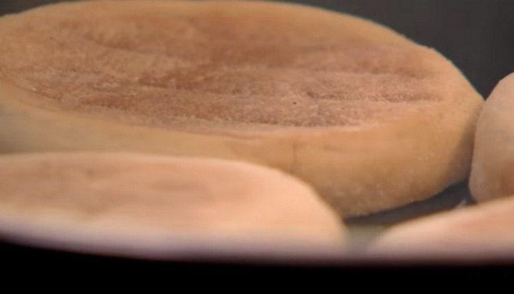 После бекона обжариваем на сковороде разрезанные пополам булочки.