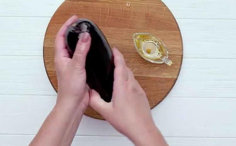 баклажаны смазываем маслом