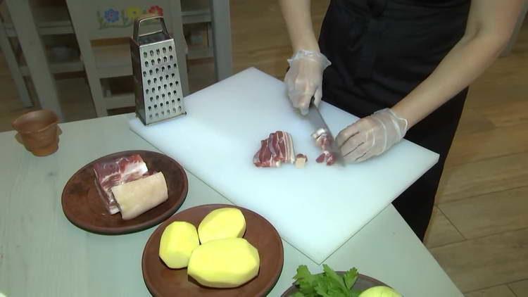нарезаем кусочками мясо
