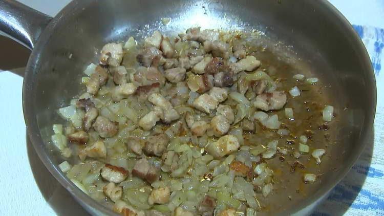 обжариваем лук с мясом в сковородке