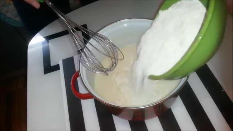 добавляем в тесто муку
