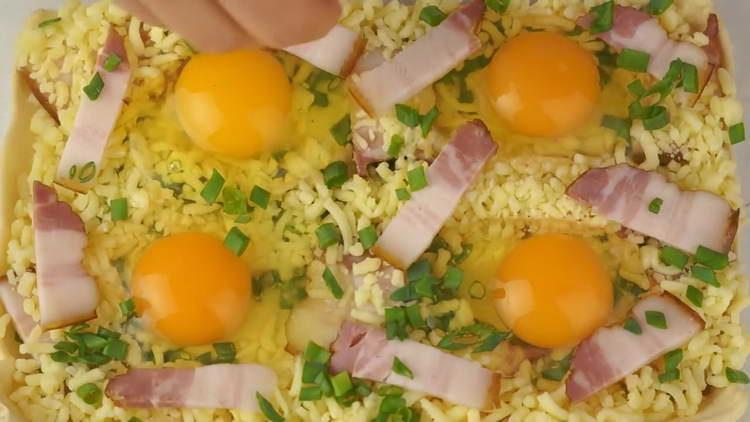 выкладываем на тесто яйца и сыр