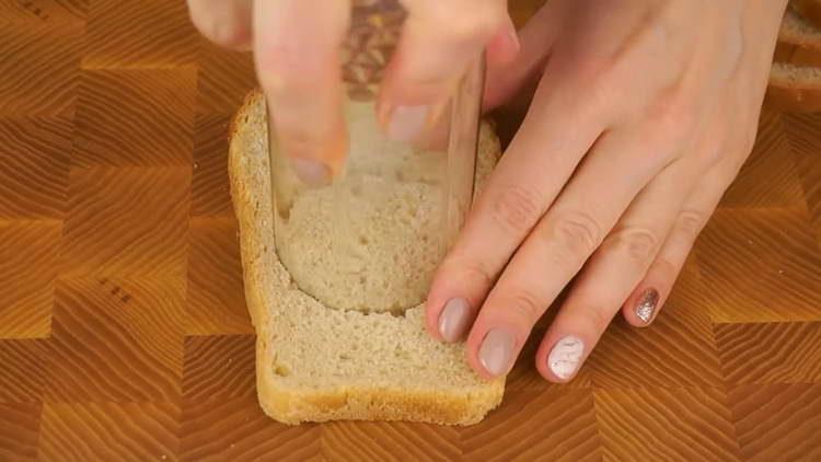 из хлеба вырезаем кружок