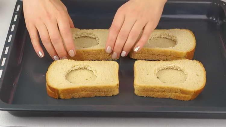 выкладываем хлеб на противень