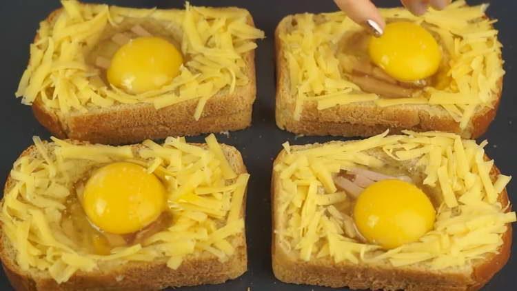 заливаем хлебом яйцо
