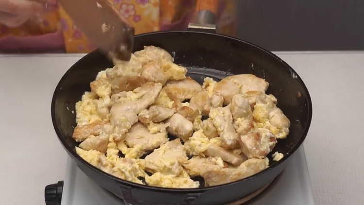 вливаем яйца в курицу