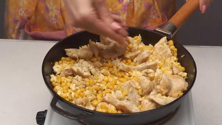 высыпаем кукурузу