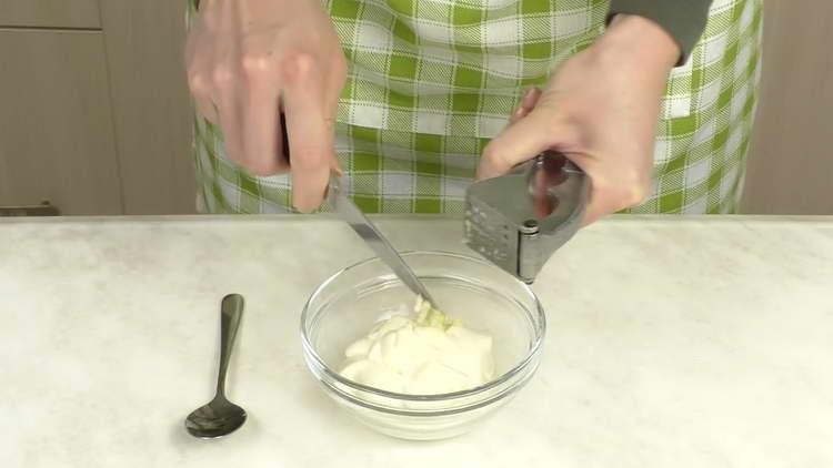 смешиваем чеснок и майонез