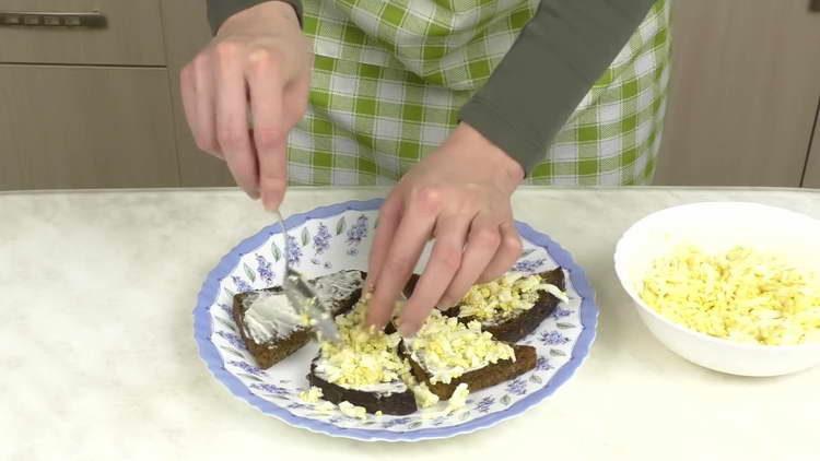 посыпаем яйцами гренки