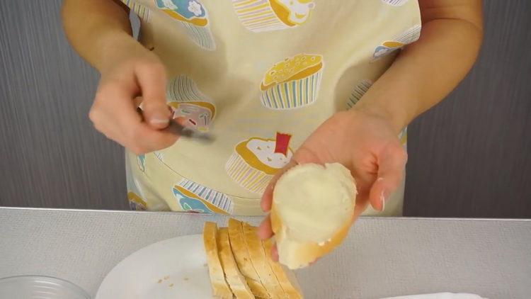 смажьте хлеб маслом