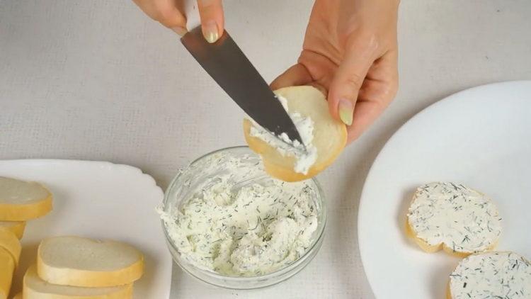 выложите ингредиенты на хлеб