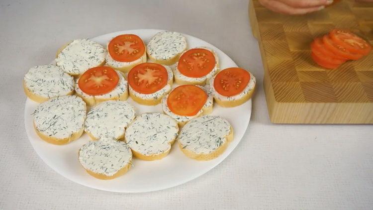 выложите помидоры на хлеб