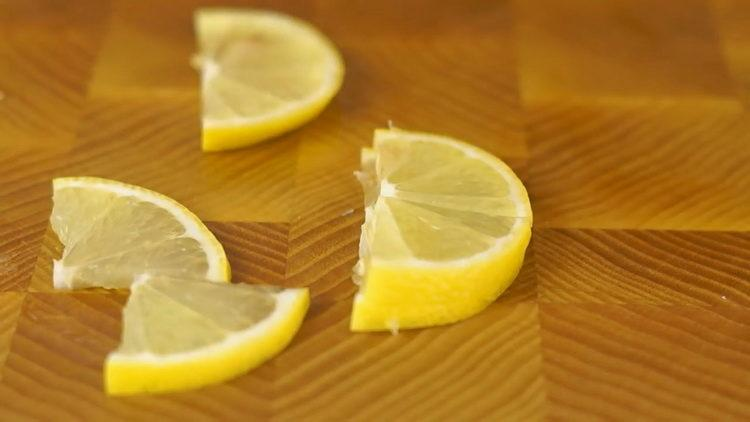 нарежьте лимоны