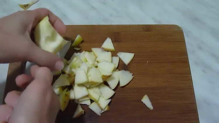 дольками нарезаем яблоки
