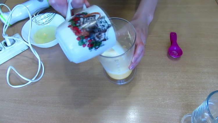 вливаем теплое молоко