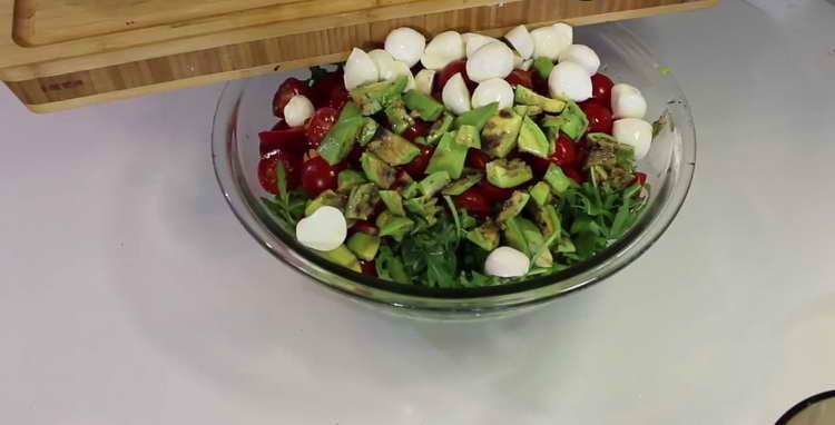 в салат отправляем моцареллу