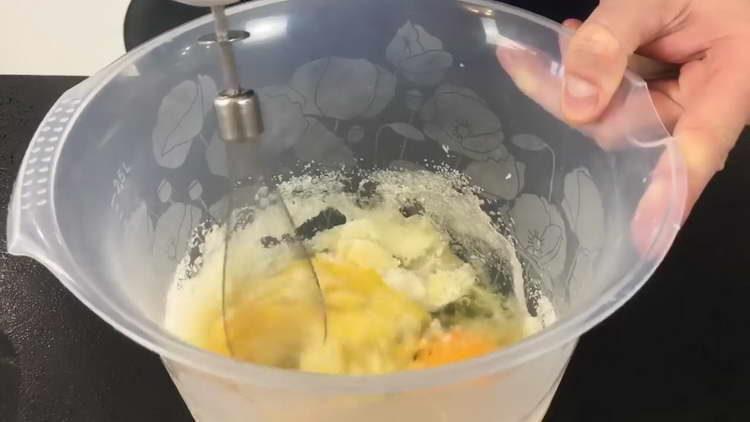 взбиваем сахар с яйцом