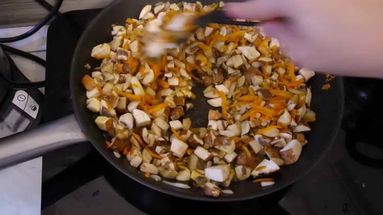 мелко шинкуем чеснок и добавляем к грибам