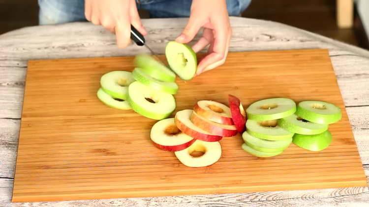 нарежьте яблоки дольками