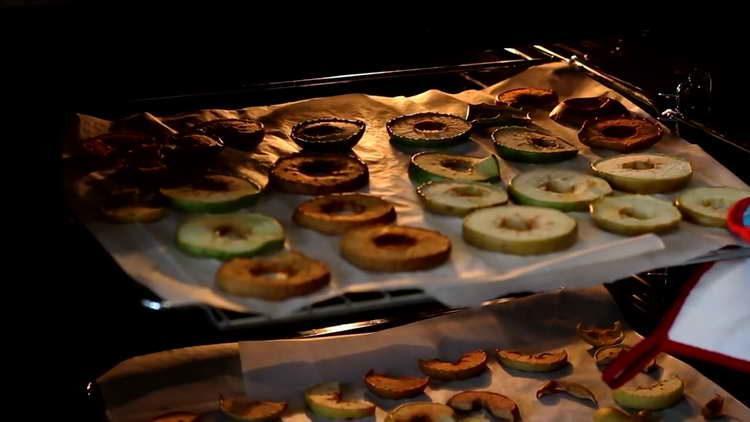 достаем яблоки из духовки