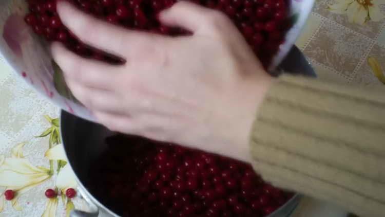 высыпаем ягоды в кастрюлю