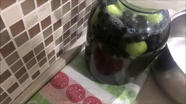 заливаем яблоки кипятком