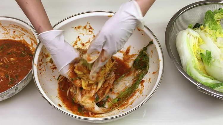 выкладываем капусту и заливаем соусом